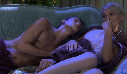 18 летнюю сучку в гетрах дрючит зрелый мужик